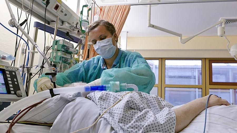 In vielen Kliniken droht ein Fachkräftemangel. Das Uni-Klinikum Erlangen will daher 25 spanische Pflegekräfte einstellen. Die ausländischen Mitarbeiter sollen vor allem auf der Intensivstation und im OP-Bereich die Patienten versorgen.