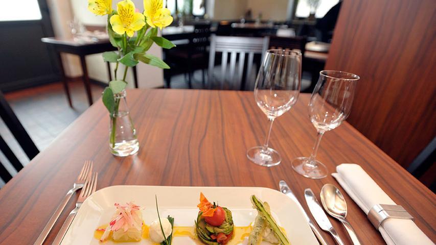 Eine leckere Sache: grüner und weißer Spargel auf viererlei Art zubereitet – so wird er im Restaurant Würzhaus als Vorspeise gereicht.