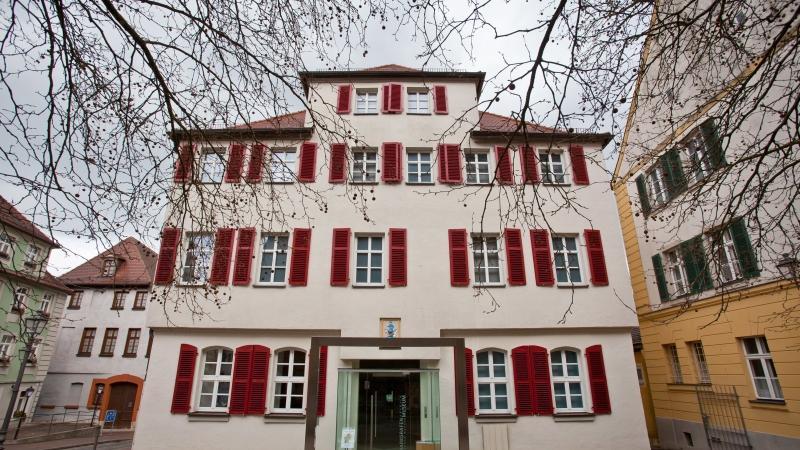 Doch nicht nur das Grab in Ansbach erinnert an das rätselhafte Schicksal Kaspar Hausers, sondern auch das Markgrafenmuseum.