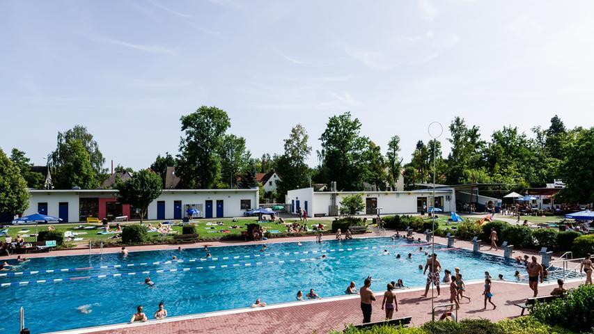 Das Parkbad in Schwabach ist das Sommer-Pendant zum örtlichen Hallenbad. Das Freibad verfügt über ein Nichtschwimmer- sowie über ein Sportbecken mit Drei-Meter-Turm. Für das leibliche Wohl sorgt das Bad-Restaurant. Weitere Informationen gibt es hier.