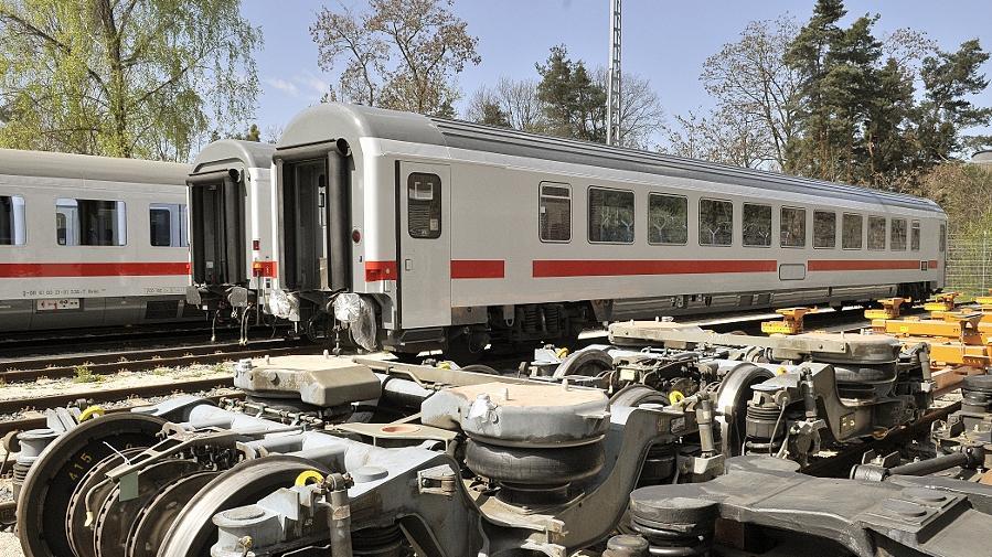 Neben wuchtigen Radsätzen stehen derzeit die ersten modernisierten Intercity-Waggons, einer von ihnen wurde bereits 1976, der andere 1986 gebaut. 770 IC-Wagen lässt die Bahn derzeit aufmöbeln, 207 davon im Nürnberger Werk. Sie sollen bis 2023 die Wartezeit auf die neuen ICx überbrücken.