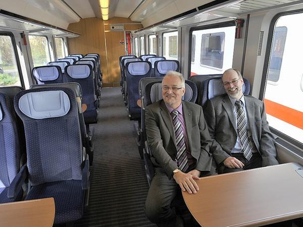 Ein Blick in den 2.-Klasse-Wagen, wo Projektleiter Andreas Lehmann (l.) und Frank Lüders probesitzen.