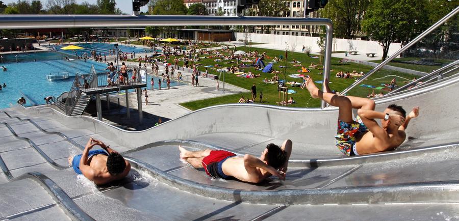 Das große Bad am Pegnitzgrund wurde 2011 grundlegend erneuert. Jetzt bietet es neben den üblichen Schwimm- und Planschbecken auch eine Breitwasserrutsche, einen Zehn-Meter-Sprungturm und Sprudel-Liegen. Die Öffnungszeiten finden sich der Website von NürnbergBad.