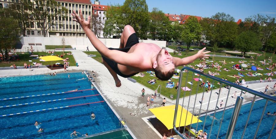Sommer im April - was liegt da näher als ein Ausflug ins Freibad? Das Nürnberger Westbad war jedenfalls am Samstag bei warmen Temperaturen gut gefüllt. Es lockten Becken, Turm und Rutsche. Egal ob allein...