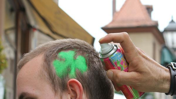 Gefragt: Ein Kleeblatt im Haar.