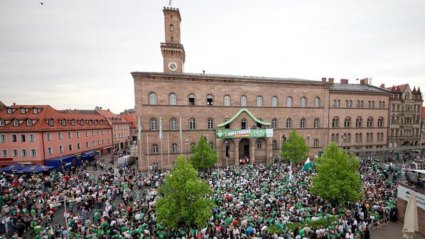Belagerungszustand vor dem Rathaus - schon lange bevor der Korso ankommen sollte.