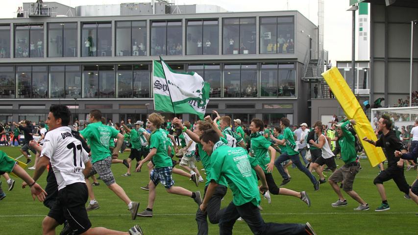 Kurz zuvor im Ronhof: Nach dem 1:1 gegen Fortuna Düsseldorf stürmen die Kleeblattfans den Rasen, endlich...