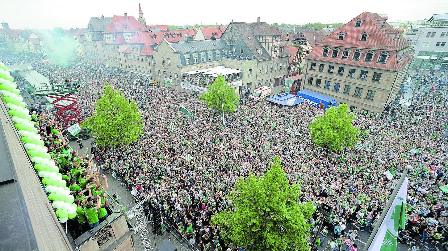 Mannschaft und Fans vereint im Glück: Die einen feierten auf dem Rathaus-Balkon, die anderen zu ihren Füßen.