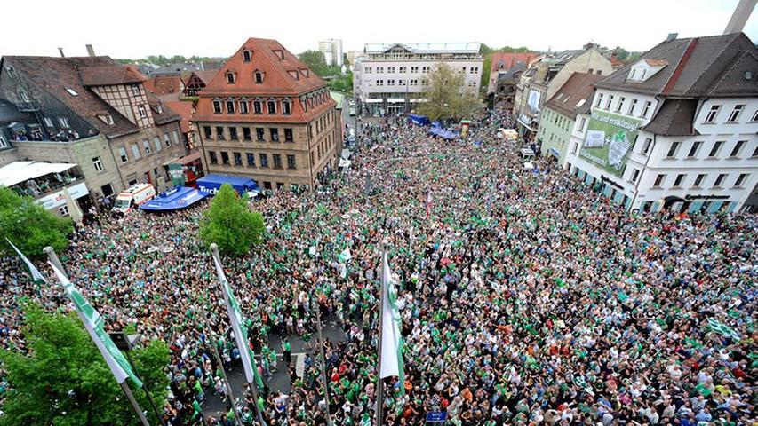 Was für ein wunderbarer Tag für alle Anhänger der SpVgg Greuther Fürth: Erst das letzte Heimspiel der Zweitliga-Saison, dann die große Aufstiegs-Sause in der Fürther Innenstadt. Über 25.000 Fans feierten am Sonntag die größte Party, die die Stadt je gesehen hat.