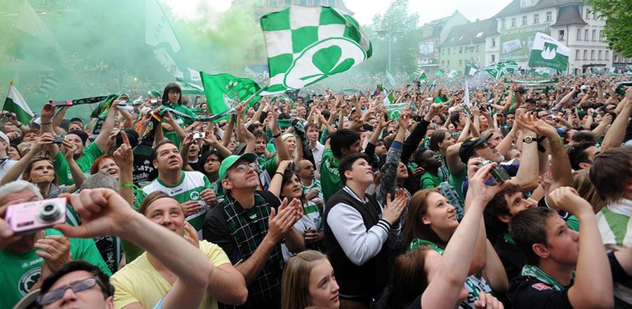 Nie mehr 2. Liga: Fürther Fans im Aufstiegsglück 2012