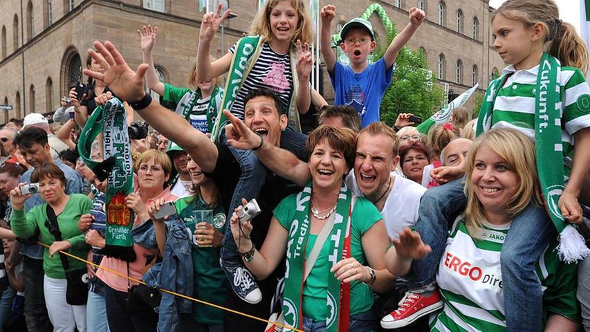 Sie sind stolz auf ihre Stadt: Die Fans vor dem Rathaus.