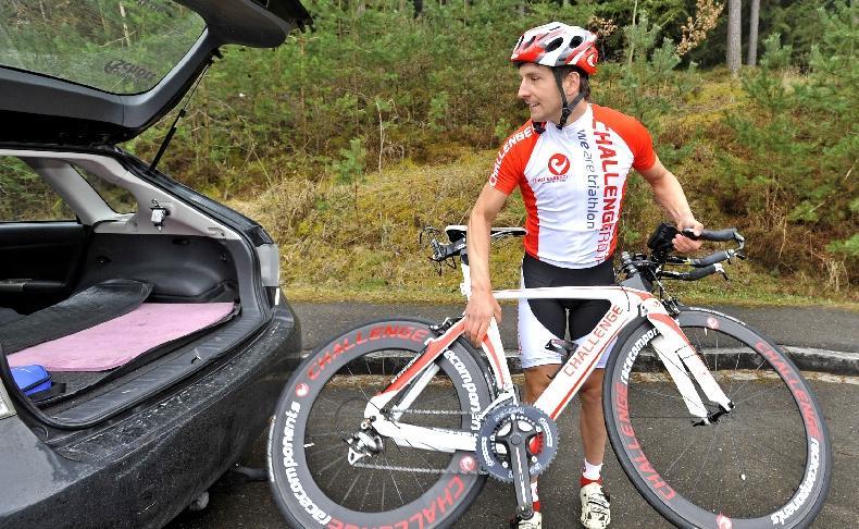 Die Ausrüstung ist wichtig: Michael Hofmann mit seinem Fahrrad.