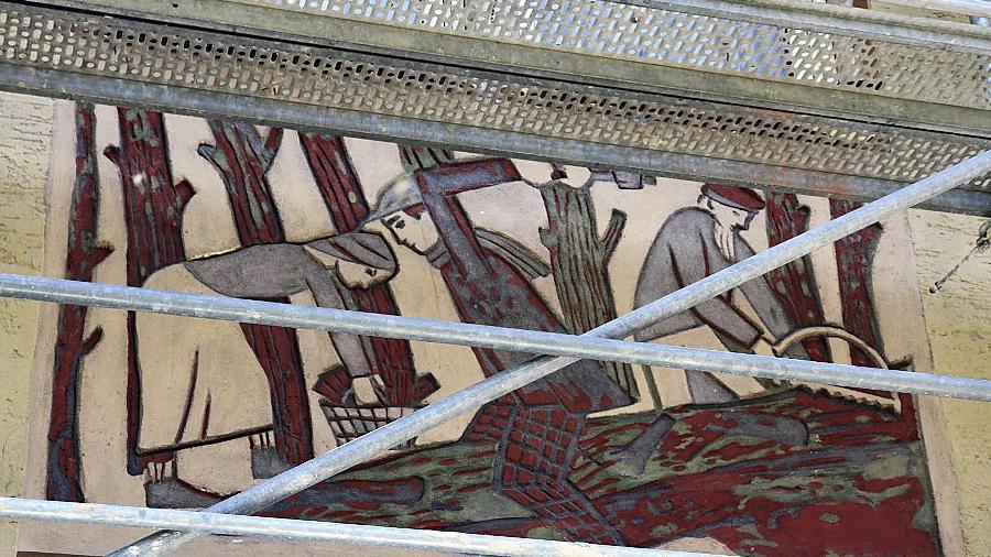 Zum Abschied eingerüstet: Ein Tableau des Reliefs von Hans Langhojer und Georg Weidenbacher an der Rückfassade des Wohnhauses im Eigenen Heim. Es soll unter der Wärmedämmung verschwinden.