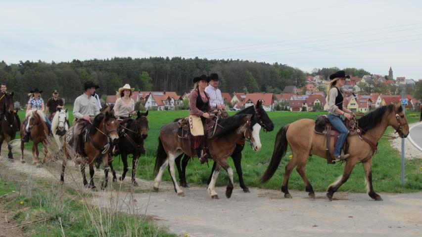 Zu Ehren des Heiligen Georg zogen Pferde und Kutschen drei Mal durch Kammerstein und an der Georgskirche vorbei.