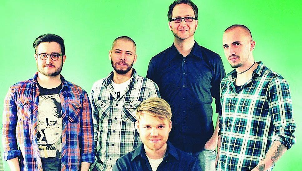 Ein Filmteam, das auf den Schwarm setzt: Am Schreibtisch Timon Birkhofer, dahinter v.l. Thomas Sali, Jörg Kundinger, Jan Hagemann und Matthias Bäuerle.