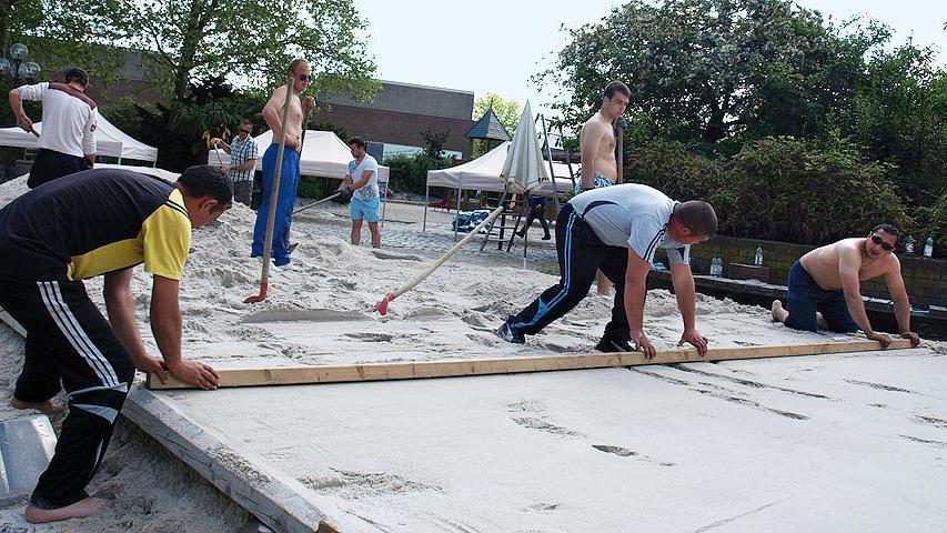 ...dieser Ort mitten in der Stadt liegt. Der gepflasterte Untergrund macht das Aufräumen am Ende leichter: Der Sand lässt sich restlos wegfegen. Die Größe passt, und sämtliches Mobilar ist bereits...