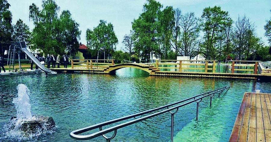 Im Naturbad Leinburg-Weißenbrunn ist der Eintritt kostenlos. Das Besondere am Naturbad: Das Wasser ist nicht gechlort, es wird mit einem Pflanzenfilter ökologisch gereinigt. Für weitere Infos klicken Sie bitte hier.