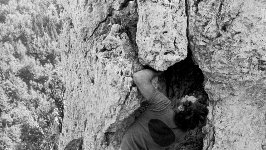 Kurt Albert an einem seiner Lieblingsfelsen, dem Zehnerstein im Trubachtal. Sobald er eine Route ohne Hilfsmittel durchstiegen hatte, markierte er sie mit einem roten Punkt. Das sogenannte Rotpunktklettern wurde zu einer Bewegung und machte den gebürtigen Nürnberger weltweit bekannt.