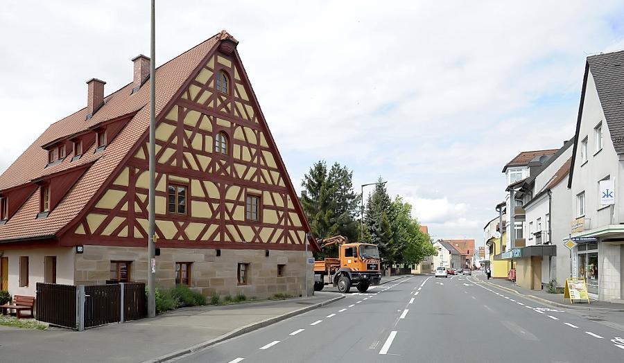 Überbleibsel einer dörflichen Idylle: das alte Fachwerkhaus an der Stadelner Hauptstraße. Längst prägen Discounter und Reihenhaussiedlungen das Ortsbild.