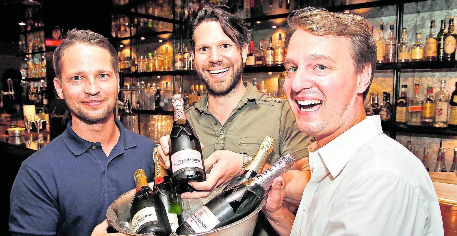 Barcher Roman Horka (links) und Inhaber Christian Wagner (Mitte) haben Grund zur Freude: Das