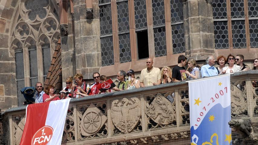 Kein Platz, von dem man die Mannschaft sehen konnte, blieb leer. Selbst die Außenempore der Frauenkirche wurde an Fans vermietet.
