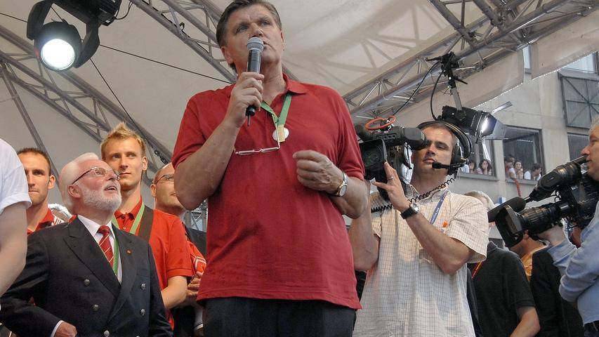 Hans Meyer, der Vater des Erfolgs, sprach ein paar Worte zu den Anhängern. Und während den Zuschauern der TV-Liveübertragung des BR ein Luchs präsentiert wurde, ...