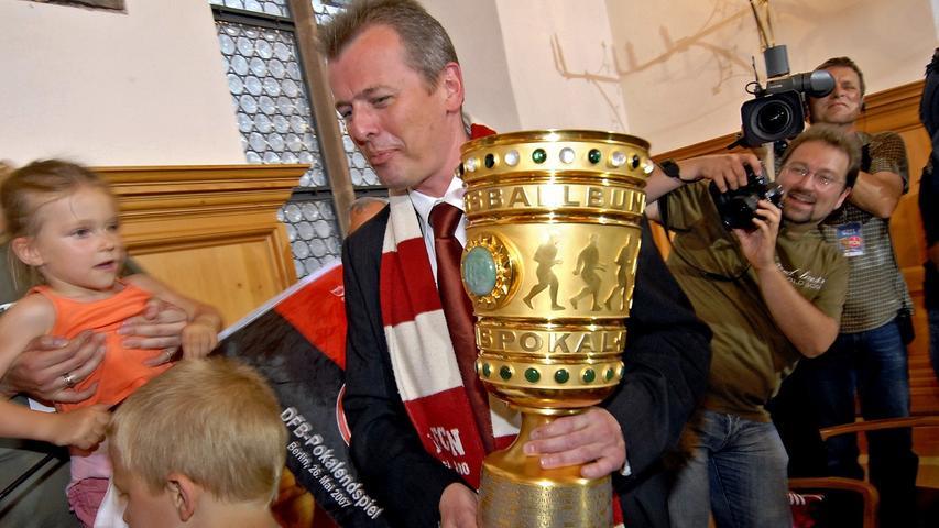 ... schnappte sich der stolze Oberbürgermeister schon mal den Pott.