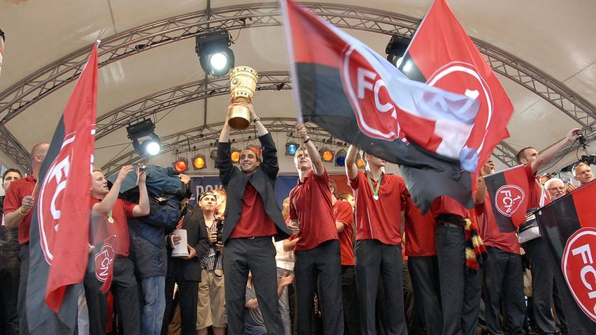 Dann kam die Mannschaft endlich und präsentierte auf der Bühne am Hauptmarkt den wartenden Fans das Objekt der Begierde.