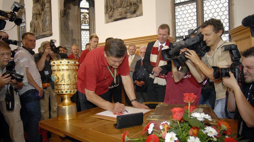 ... traf das Team um Erfolgstrainer Hans Meyer im Rathaus ein, um sich ins goldene Buch der Stadt einzutragen.