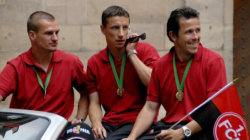 So etwas hatten viele Club-Spieler noch nie erlebt. Marek Nikl, Tomas Galasek und Marek Mintal starrten bei aller Freude phasenweise etwas ungläubig auf die feiernden Massen.