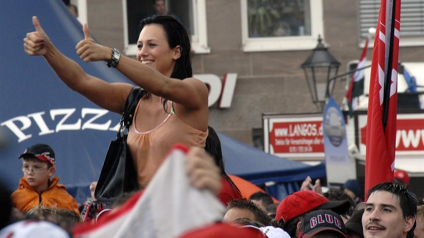 ... feierten die glückseligen Menschen auf dem Hauptmarkt einfach weiter - trotz eines neuerlichen Regenschauers.