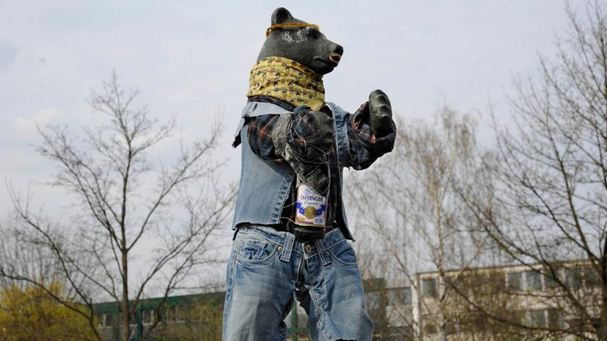 Bärüchtigt: Der Berlin-Bär macht ein Fass auf und feiert Party, schuuwiduu; Beginn der Feier war am 14. April 2012. Es war ein bärauschendes Fest, sagt man, für so manche Lebär.