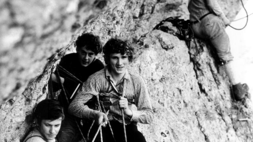 Nicht die Dolomiten, sondern das Wiesenttal in der Fränkischen Schweiz: Der noch sehr junge Kurt Albert (zweiter von vorne) in der Wolkensteiner Wand. Im Alter von 56 Jahren stürzte Albert am Höhenglücksteig in den Tod.