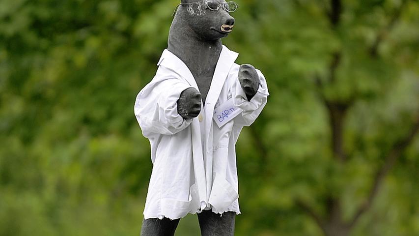 Als Medizinmann, mit weißem Arztkittel und weißen Schlappen, wartet der Berlin-Bär derzeit auf, die Brille weit auf der Nase nach vorne gerückt und dem Baz-, nein, dem Petz-illus auf der Spur. Sein Name? Dr. Bärtl, am 13. Mai 2012.