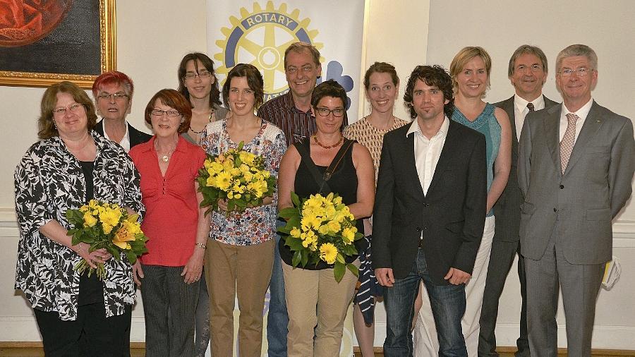 Rotary-Präsident Rainer Büchtmann (v. re.) und der Vorsitzende der Jury, Dr. Peter Hauser, übergeben den diesjährigen Familienpreis an die Vertreter der Kita Bunte Klexe und den Ehrenpreis an Repräsentanten des Mütterzentrums.