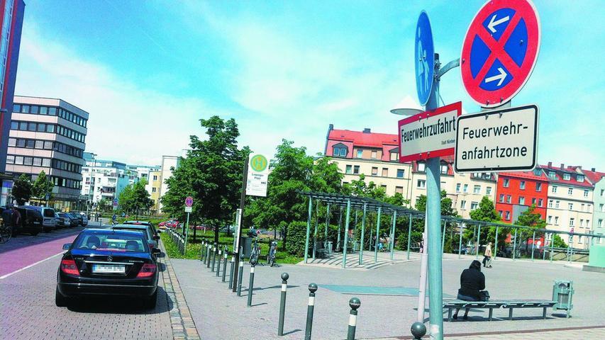 Die beiden Pfeile bei diesem Schild weisen darauf hin, dass das Halteverbot sowohl im Bereich vor als auch hinter dem Fahrzeug gilt.  Bußgeld: Weil hier noch zusätzlich eine Feuwerwehranfahrtszone ausgeschildert ist, kostet parken oder halten an dieser Stelle 35 Euro. Wird womöglich ein Rettungsfahrzeug behindert, kostet es 50 Euro Bußgeld und einen Punkt in Flensburg.