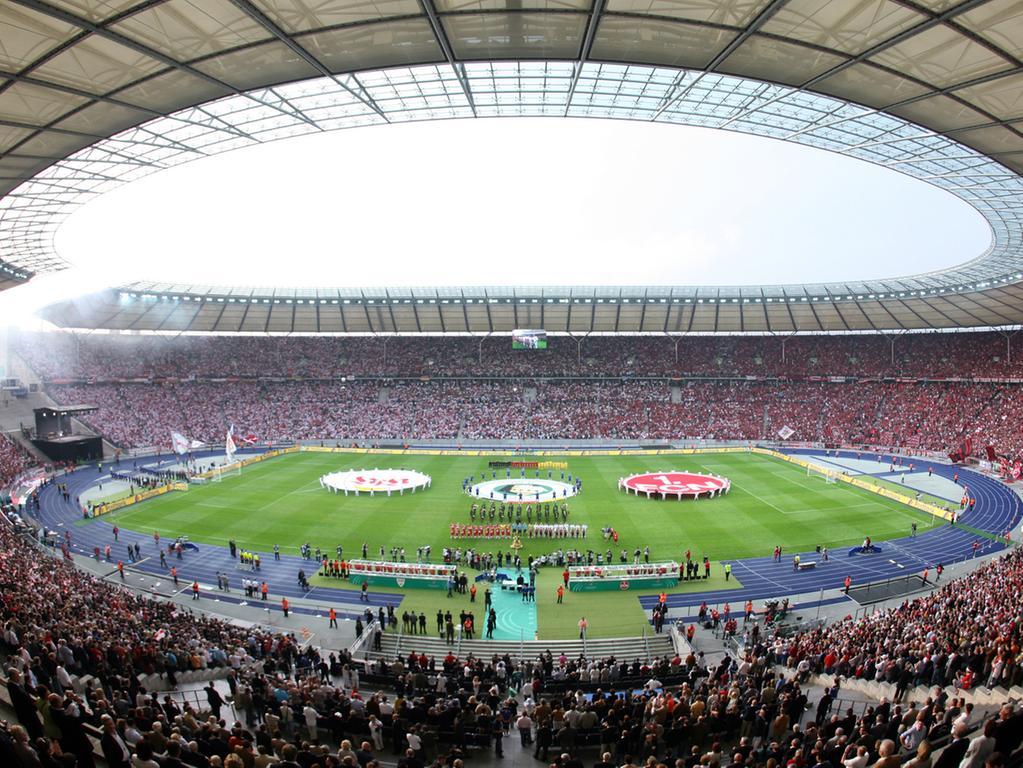 Fußball DFB-Pokalfinale VfB Stuttgart - 1. FC Nürnberg am Samstag (26.05.2007) im Berliner Olympiastadion. Die Mannschaften stehen beim Spielen der Nationalhymne vor dem Anpfiff auf dem Platz. Foto: Rainer Jensen dpa/lbn +++(c) dpa - Bildfunk+++