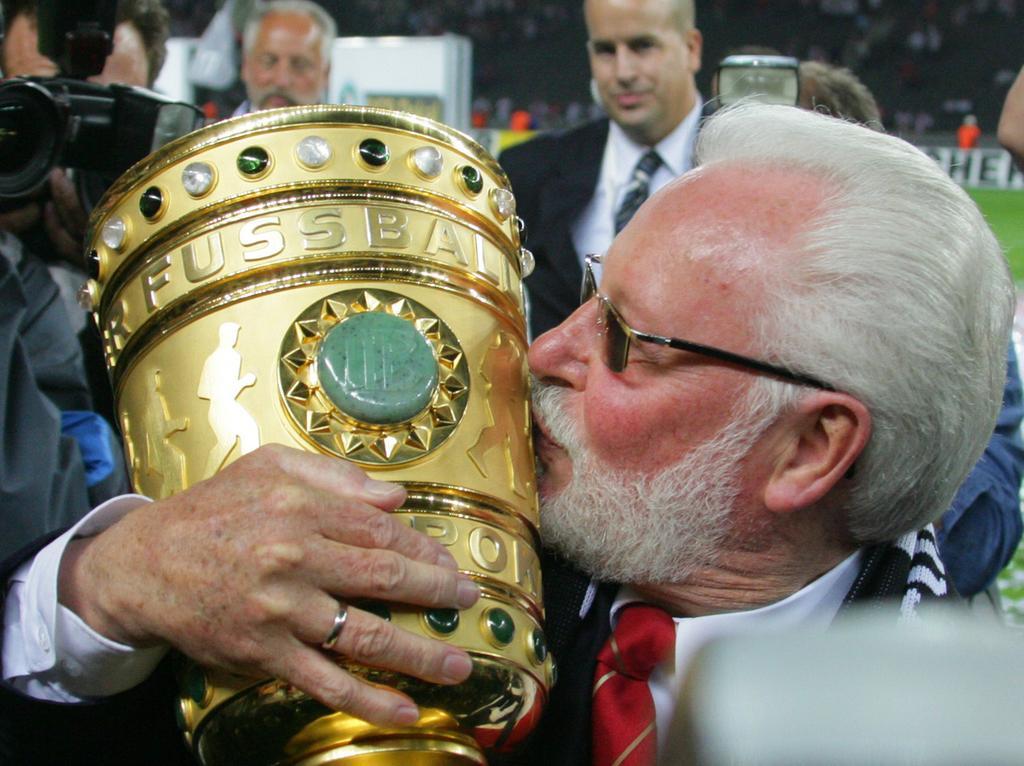 DFB-Pokalfinale: VfB Stuttgart - 1. FC Nürnberg am Samstag (26.05.2007) im Berliner Olympiastadion. Nürnbergs Präsident Michael A. Roth mit dem Pokal. Nürnberg gewinnt gegen Stuttgart mit 3:2 nach Verlängerung. Foto: Johannes Eisele dpa/lbn +++(c) dpa - Bildfunk+++