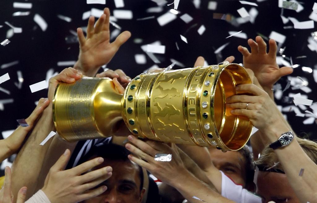 DFB-Pokalfinale: VfB Stuttgart - 1. FC Nürnberg am Samstag (26.05.2007) im Berliner Olympiastadion. Nürnbergs Spieler greifen nach dem Pokal. Nürnberg gewinnt gegen Stuttgart mit 3:2 nach Verlängerung.Foto: Johannes Eisele dpa/lbn +++(c) dpa - Bildfunk+++