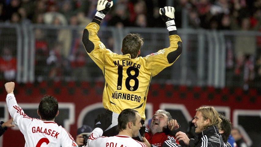 Kurz darauf haben sie ihn - unterstützt von Zeugwart Chicco Vogt - und tragen ihn auf den Schultern. Der Erfolg gegen Hannover ist die gelungene Ouvertüre für die rauschenden Fußballfeste im Cup-Wettbewerb gegen Frankfurt und gegen den VfB.