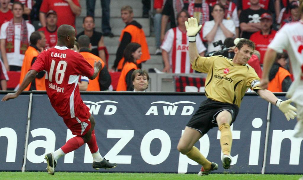 DFB-Pokalfinale: VfB Stuttgart - 1. FC Nürnberg am (26.05.2007) im Berliner Olympiastadion. Cacao vom VfB Stuttgart beim Torschuss zum 1:0, rechts der Nürnberger Torwart Raphael Schäfer. Foto: Peer Grimm dpa/lbn +++(c) dpa - Bildfunk+++