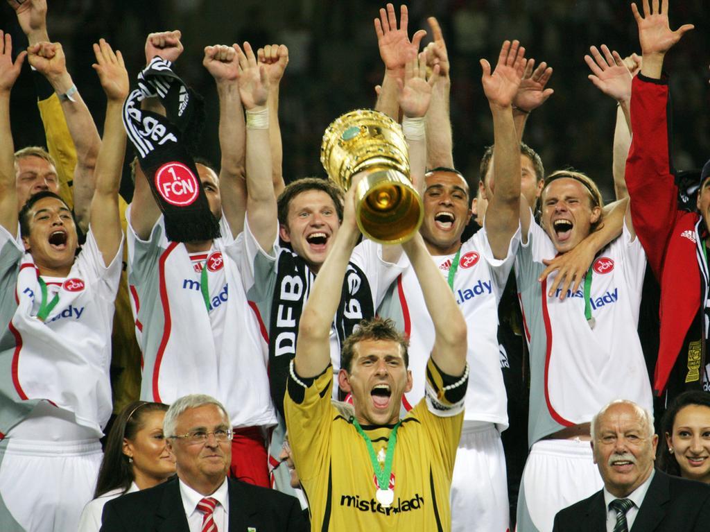 DFB-Pokalfinale: VfB Stuttgart - 1. FC Nürnberg am Samstag (26.05.2007) im Berliner Olympiastadion. Nürnbergs Torwart Raphael Schäfer jubelt mit dem Pokal. Nürnberg gewinnt gegen Stuttgart mit 3:2 nach Verlängerung. Foto: Johannes Eisele dpa/lbn +++(c) dpa - Bildfunk+++
