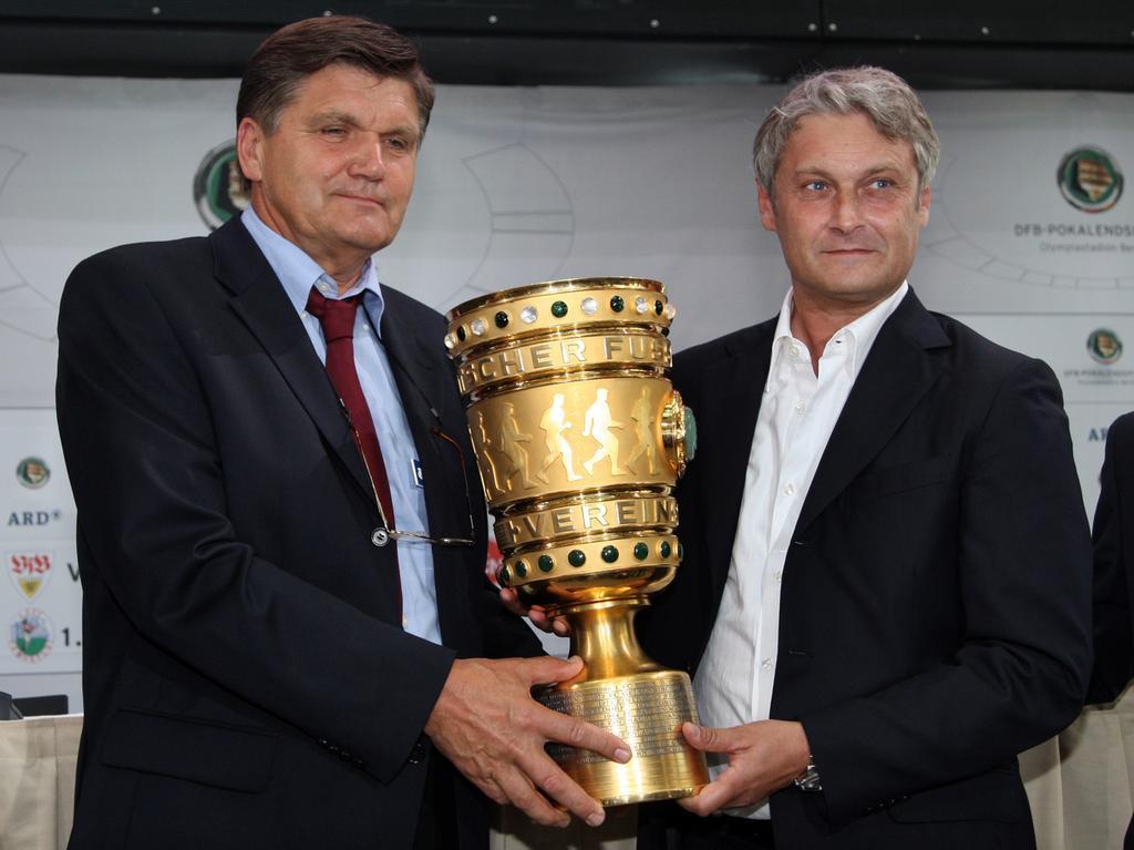 Mit dem Pokal in den Händen stehen die Trainer vom VfB Stuttgart, Armin Veh (r) und vom 1. FC Nürnberg, Hans Meyer, am Freitag (25.05.2007) in Berlin vor Beginn der Pressekonferenz vor den Fotografen. Die Trainer äußerten sich zum morgigen (26.05.2007) DFB-Pokalfinale in Berlin. Foto: Peer Grimm dpa/lbn +++(c) dpa - Bildfunk+++