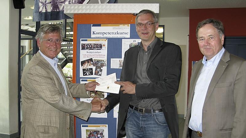 Lions-Präsident Manfred Krueger (links),Schülercoach Hans-Jörg Bauer (rechts) und Schulleiter Michael Richter