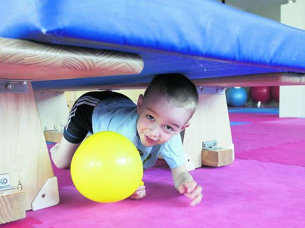 """Eine """"Ameise"""" in Aktion: Mit lustigen Rollenspielen werden die Kinder an die sportlichen Übungen herangeführt. So macht jeder gerne mit."""