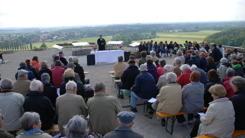 Rund 100 Gläubige versammelten sich auf dem Solarberg.