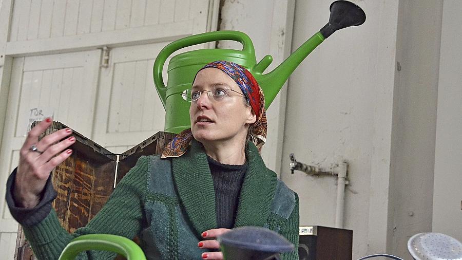 Kunst als Prozess: Anne Poetter — hier mit einem Arrangement aus Gießkannen — ist bei ihrer Performance für Überraschungen immer gut.