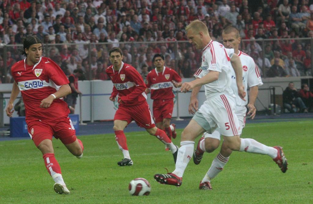 Den Gegner und das Spielgerät unter Kontrolle: Clubverteidiger Andreas Wolf (vorn) hat gegen Stuttgart erneut eine erstklassige Leistung abgeliefert. Foto: Eduard Weigert, 2007