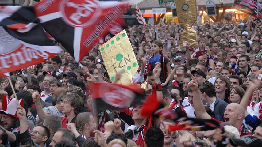 Dann ging es los. In Berlin rollte der Ball, in Nürnberg war die Spannung greifbar. Dicht an dicht verfolgten die Club-Anhänger wie der FCN den Rückstand egalisierte...