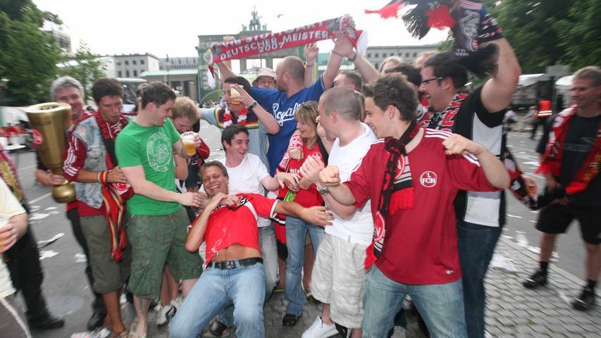 Gemessen an der Nachfrage gab es viel zu wenige Karten für das Endspiel. Club-Fans zahlten im Internet teilweise horrende Preise für ein Ticket. Andere schonten ihren Geldbeutel und waren trotzdem dabei - auf der Fanmeile vor dem Brandenburger Tor.